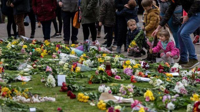 Muitas pessoas colocaram flores no Castelo de Windsor durante o fim de semana, mas uma nova orientação do governo pede que o público se abstenha e faça doações para instituições de caridade.