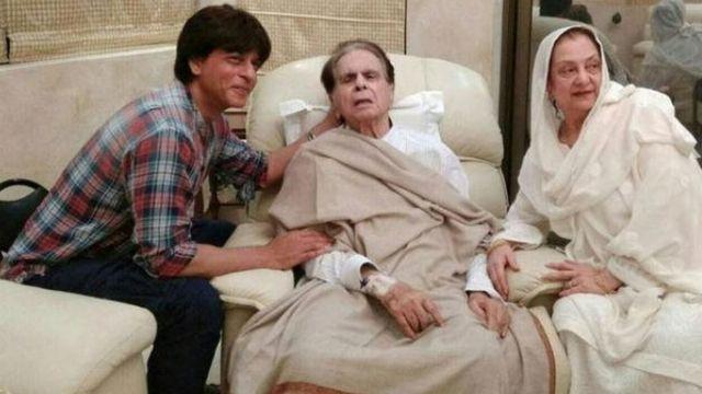 Shahrukh Khan a lokacin da ya kai wa Dilip Kumar Ziyara