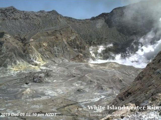 White Island'da patlamadan hemen önce kaydedilmiş bu gözetleme kamerası görüntüsünde kraterde insanlar gözüküyor