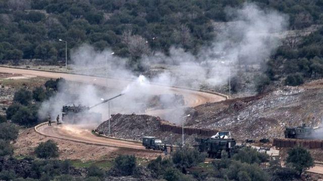 トルコとクルド人勢力との戦闘はここ数日続いている。写真は21日に国境近くのYPGの陣地を砲撃するトルコ軍