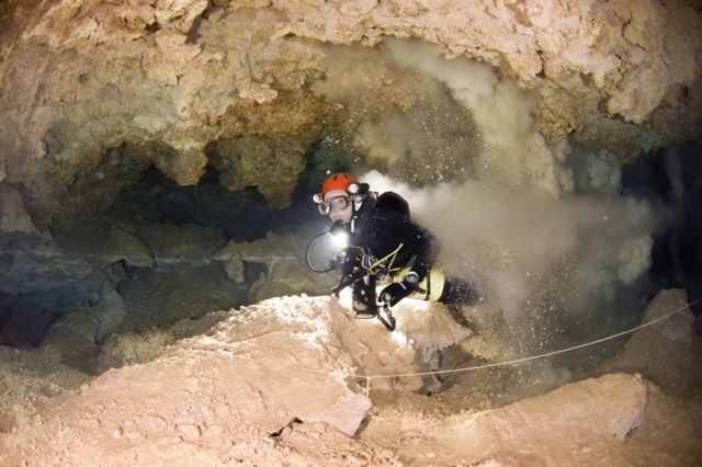 マヨルカの水中洞窟では、堆積物が足で簡単に巻き上げられてしまう