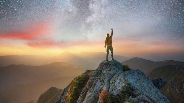 Homem no topo de montanha