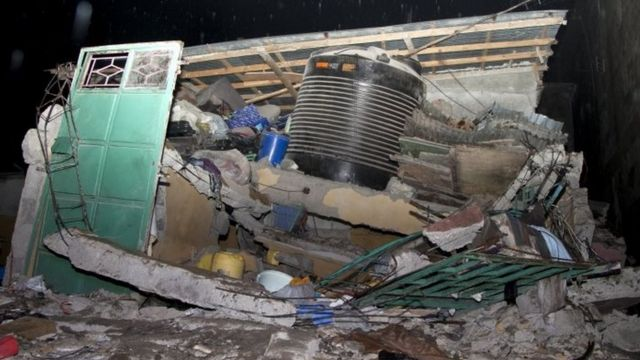 The damage of a collapsed building in Nairobi after a six-storey residential building in a low income area of the Kenyan capital collapsed (30 April 2016)