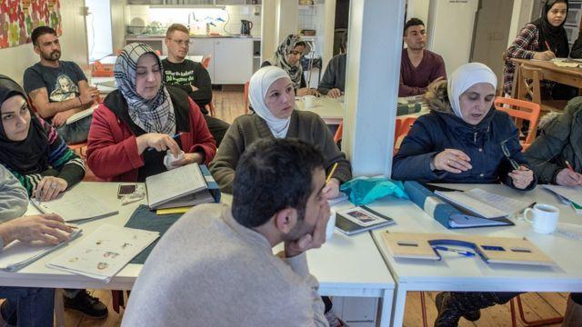 مهاجرون يحضرون درسا لتعلم اللغة السويدية