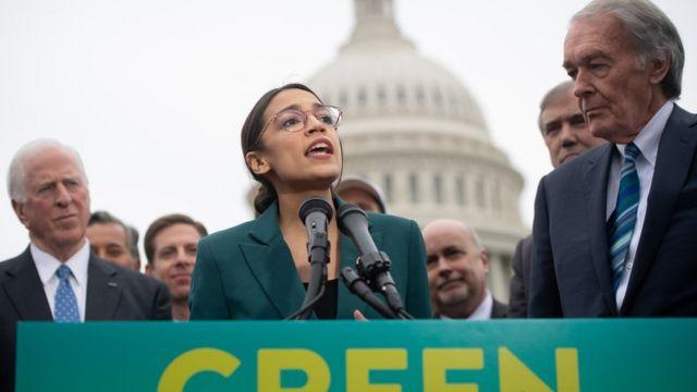 La congresista Alexandria Ocasio-Cortez y el senador Ed Markey (derecha) presentaron el Nuevo Acuerdo Verde el pasado febrero.