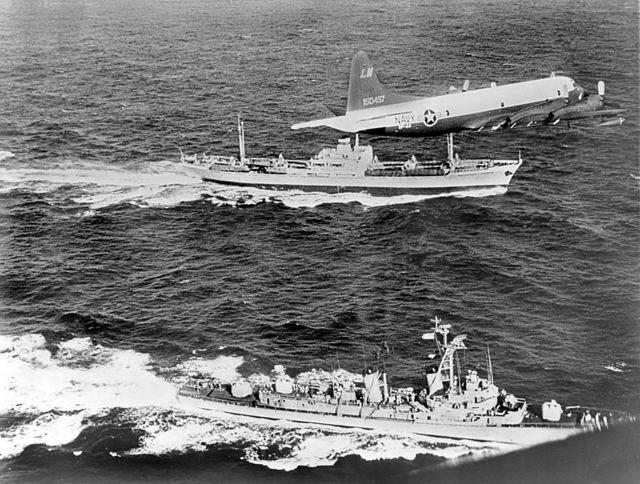 Un avión de EE.UU. y un buque militar escoltan a un barco soviético
