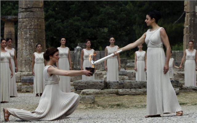 Atrizes recriaram cenas das olimpíadas antigas em uma cerimônia em Londres 2012