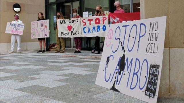Manifestantes protestan en Edimburgo contra el campo petrolero de Cambo