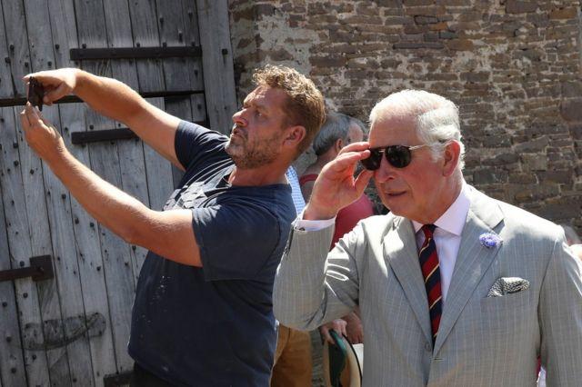 英國王儲查爾斯王子走訪威爾士的一座中世紀老宅子Tretower Court, 有民眾跟他自拍。