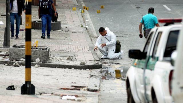 Personal de la policía revisa la zona donde tuvo lugar la explosión.