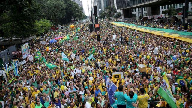 ルセフ大統領辞任を求めるデモに数十万人が参加した(13日)