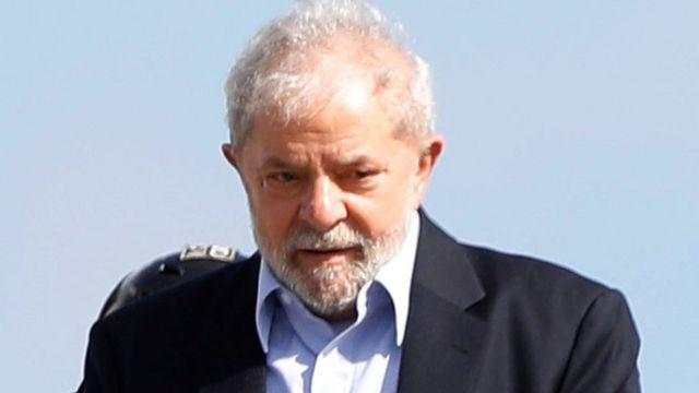 Lula aparece em pátio durante saída da prisão