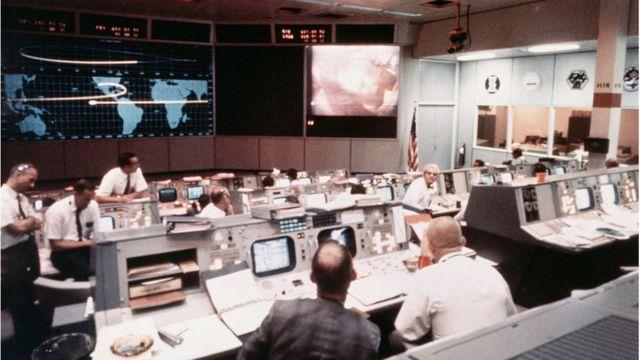 Sala de control de operaciones, en el segundo día de la misión Apolo.