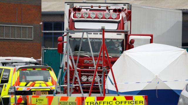 грузовик, окруженный полицейским кордоном