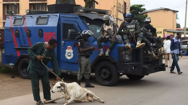 Man wey dey drag ram in front of some police officers.