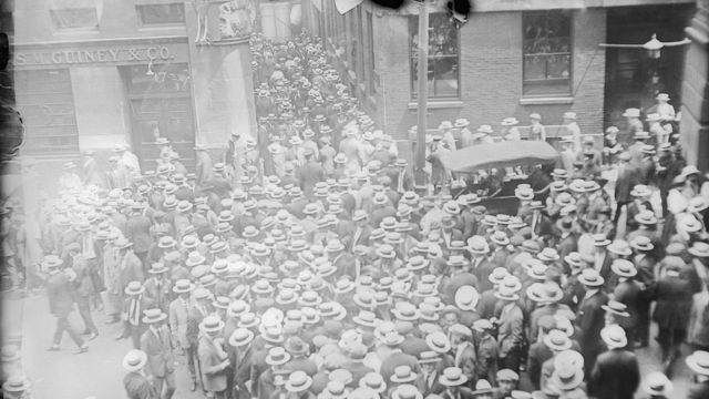 Cuando los ciudadanos supieron que se había abierto una investigación sobre la empresa de Ponzi, miles de inversores se movilizaron para intentar recuperar su dinero.