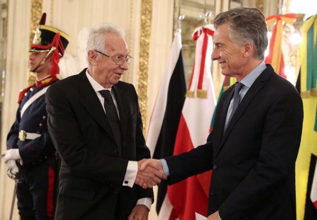 Oscar Ricardo Valero y Mauricio Macri se saludan