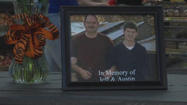 Cuadro con una foto de Jeffrey y Austin Brasher.