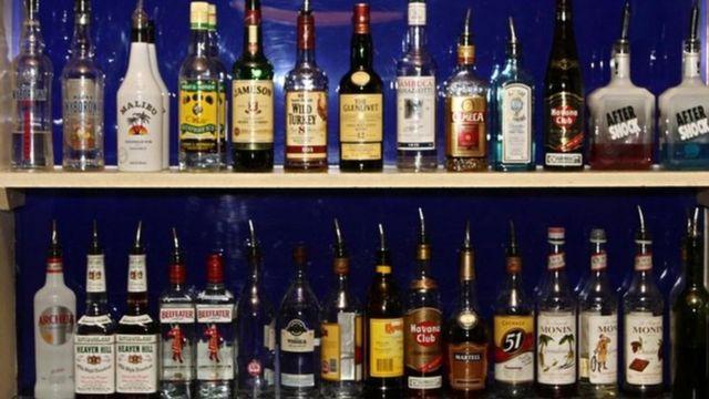 केजरीवाल सरकार की नई आबकारी नीति: दिल्ली में शराब की सरकारी दुकानें बंद  होने से क्या बदलेगा - BBC News हिंदी