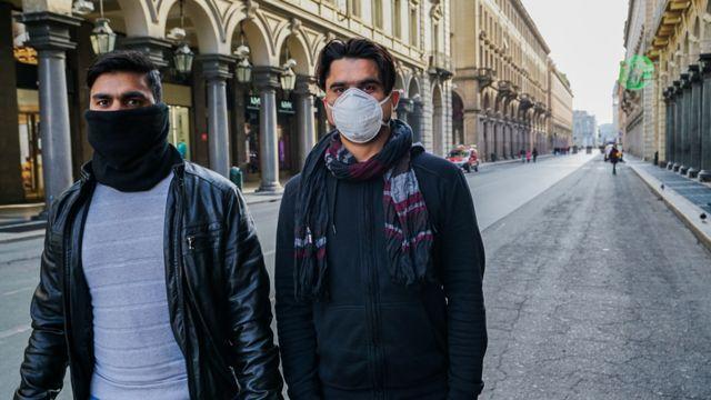 Прохожие на улицах Турина