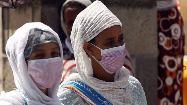 Deux femmes portant chacune un masque pour prévenir le Covid-19