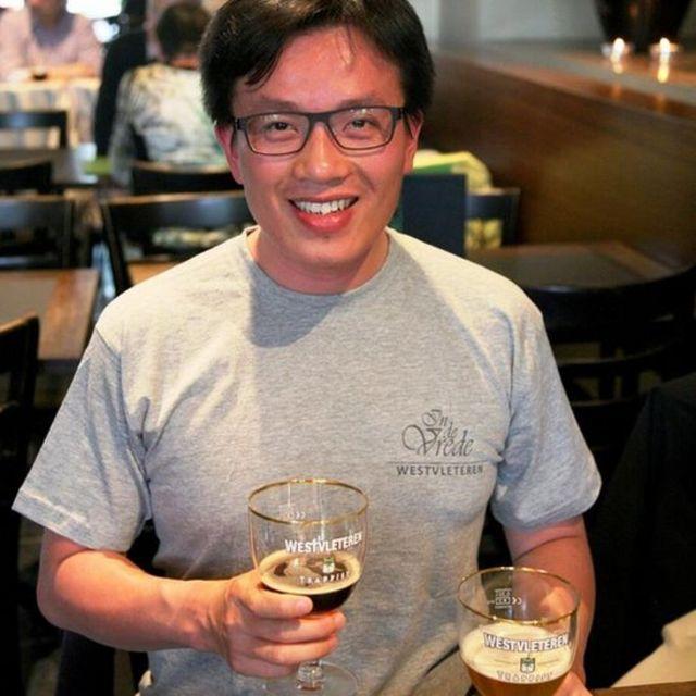 Tác giả Dương Tú tại một quán bia Bỉ