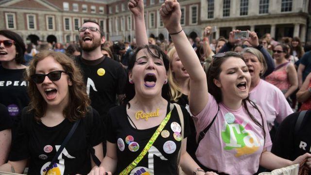 투표 결과가 나오자 낙태금지헌법 폐지 지지자들이 더블린 성 앞에서 환호하고 있다