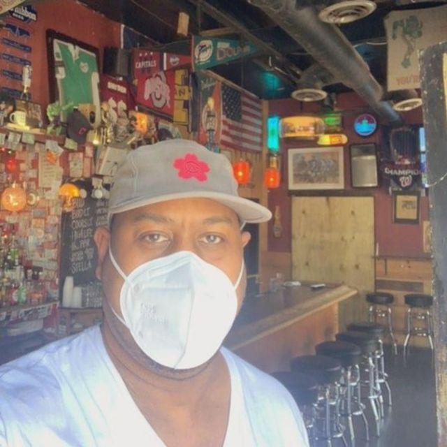 O bartender Eugene Barnett no balcão do bar
