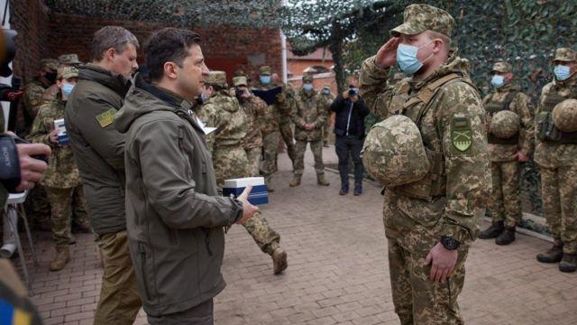 Зеленский вручил военным государственные награды и ценные подарки