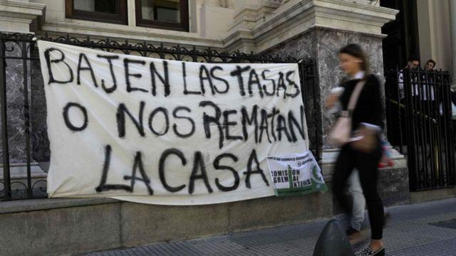 Un cartel de protesta frente al Banco Central de Argentina.