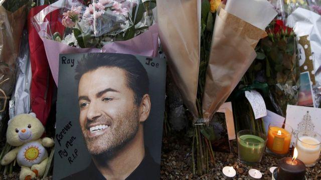 زهور وشموع أمام منزل المغني الراحل