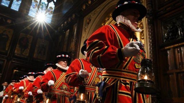 前身著傳統服飾的衛兵