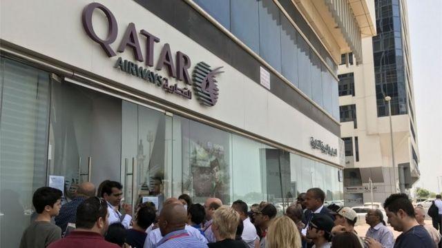 UAEのドバイにあるカタール航空事務所の前に集まった人々(6日)