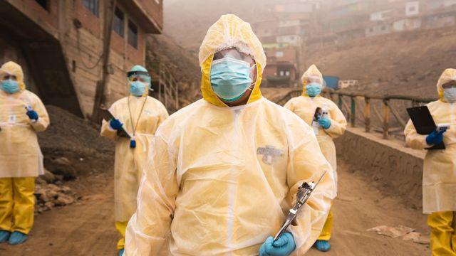 El Dr. Leonid Lecca y sus colegas con equipos de protección personal sanitarios en un barrio de Lima