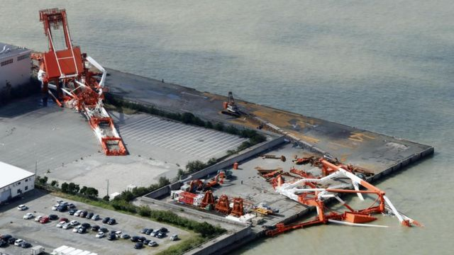 Damaged cranes in Nishinomiya