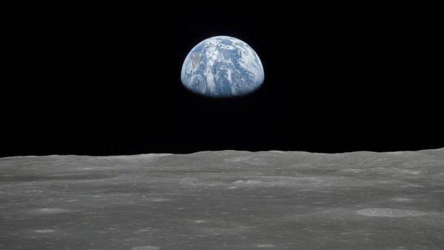 Луна на фолне Земли
