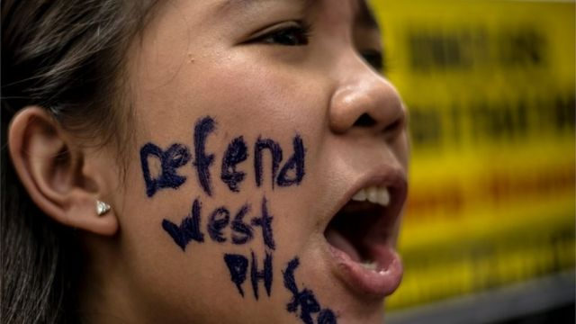 Una mujer en Manila protesta sobre los reclamos de China en le Mar Meridional de China.