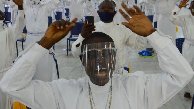 المصلون في كنيسة سيليستايل للمسيح ، في لاغوس، نيجيريا في 8 أغسطس/آب 2020
