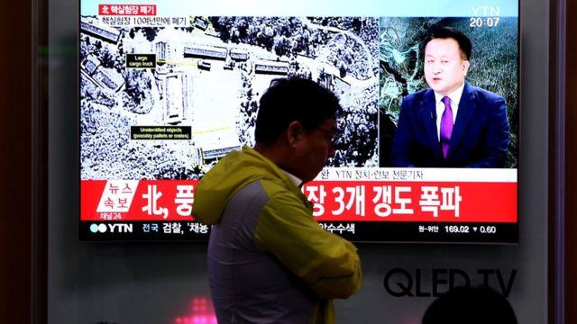 تلفزيون في كوريا الجنوبية في سيول يبث نبأ تدمير أنفاق في موقع إجراء التجارب