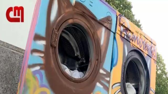 Grafitti sanatçıları ve öğrenciler çamaşır makinelerini boyadı