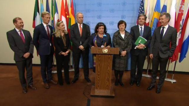 Представники вісьмох країн ЄС перед подіумом
