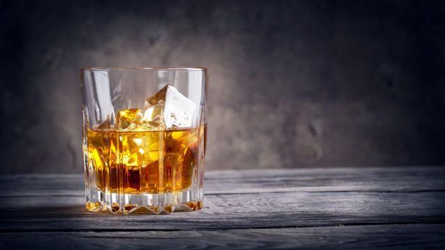 Vaso de whisky.