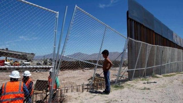 अमरीका-मेक्सिको सीमा पर बनी बाड़