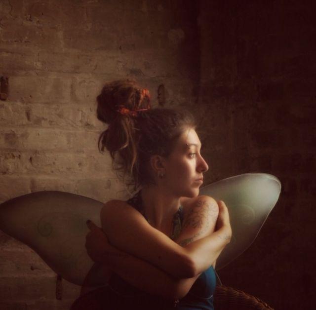 রন্ডা টাফ: 'ছবির নারীর আজ্ঞাতসারে তোলা আমার প্রিয় একটি ছবি। মৃদু আলোকছটায় গভীর চিন্তায় মগ্ন ঐ নারী।'
