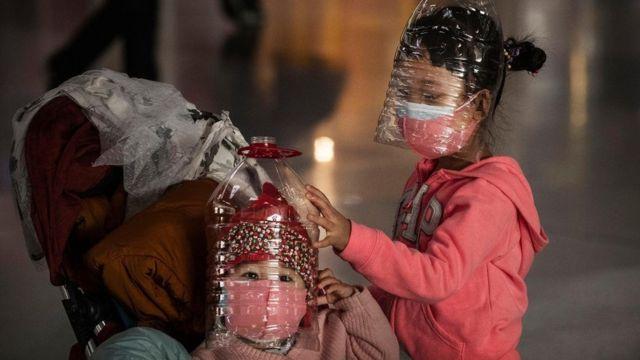 """يخشى المسؤولون بالمنظمات الصحية من أن يؤدي ربط فيروس كورونا المستجد بوباء """"سارس"""" إلى إشاعة الذعر بين الناس"""