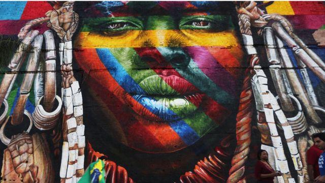"""Un mural del artista brasileño Eduardo Kobra, en Río de Janeiro, titulado """"Todos somos uno"""", que representa la diversidad cultural a través de los continentes."""