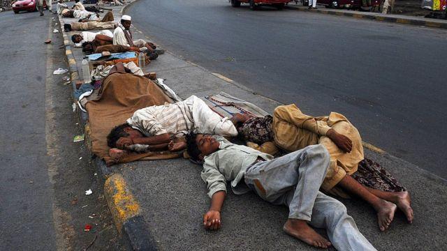 پاکستان میں سڑکوں پر سوئے مزدور