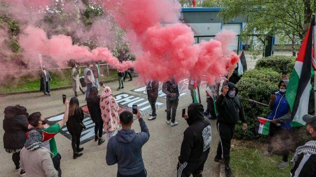 معترضان مقابل در کارخانه تولید هواپیمای بدون سرنشین در لستر بریتانیا