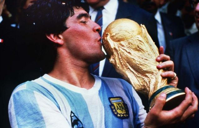 Diego Maradona akishikilia kombe la Dunia