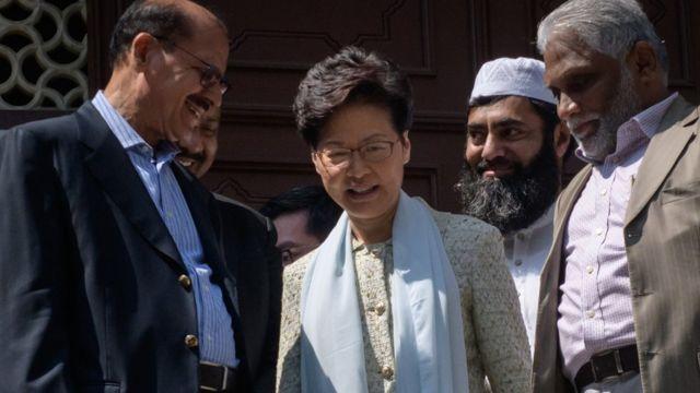 香港特首林鄭月娥到九龍清真寺,就警方水炮車的行動向當地穆斯林團體致歉。